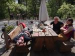beim Mittagessen im Gasthof Lattenberg lässt man es sich gut gehen